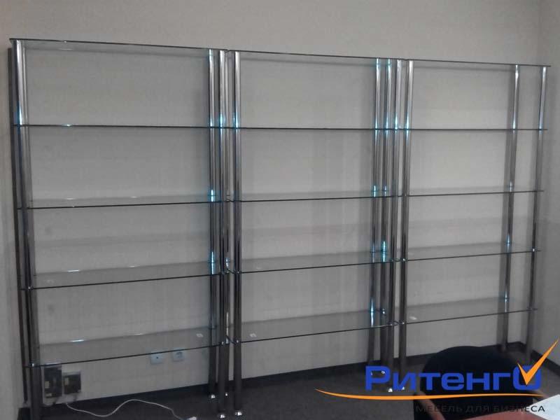 Стеклянные стеллажи со стеклянными полками.